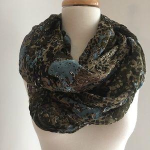 Lulla infinity scarf green/blue/white pattern